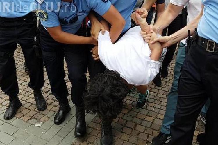 Cum justifică jandarmii din Cluj agresarea actriței la mitingul anti gay