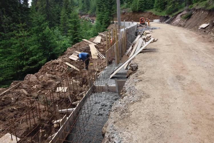 Se ridică ziduri de sprijin pe drumul spre pârtia de schi Buscat - FOTO