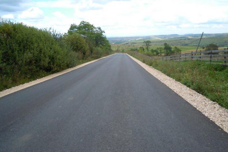 """A fost asfaltat drumul spre Răchiţele. Se deschide accesul spre Cascada """"Vălul Miresei"""""""