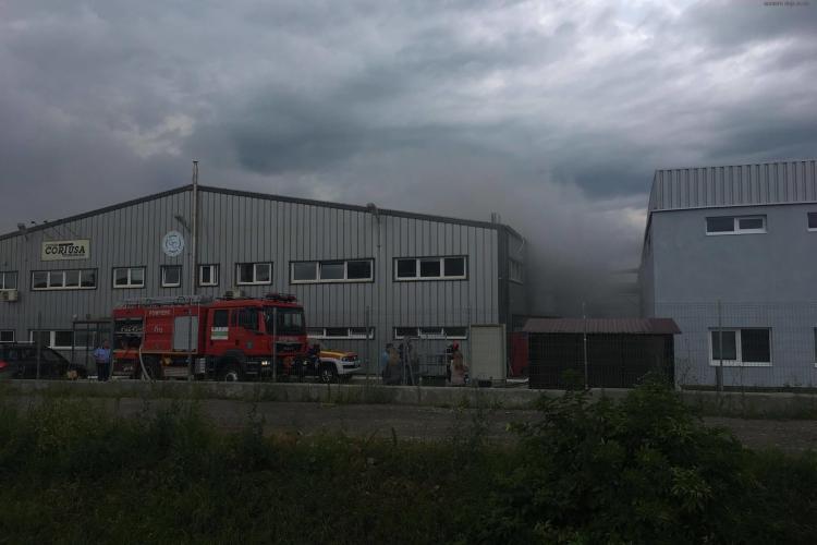 Incendiu violent la o fabrică din Dej! Muncitorii au fost evacuați de urgență VIDEO