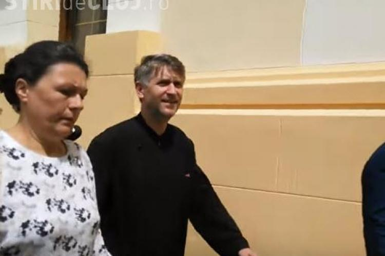 Preotul Pomohaci, primit cu aplauze de către susţinători - VIDEO