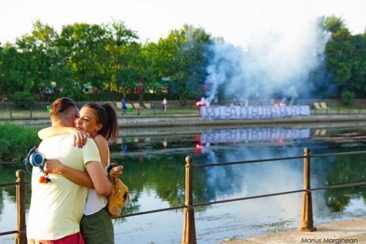 Cum și-a cerut un suporter de la U Cluj iubita de soție - FOTO