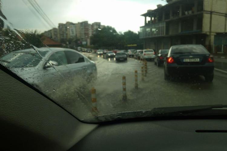 Varianta Zorilor - Mănăștur, inundată de apa venită de pe dealuri - VIDEO