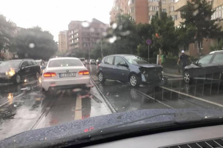 Accident pe strada Plopilor, la trecerea de pietoni! Trei mașini avariate - FOTO