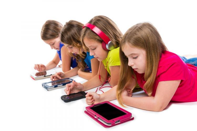 Expert: Să le dai copiilor un smartphone e ca şi cum le-ai oferi un gram de cocaină