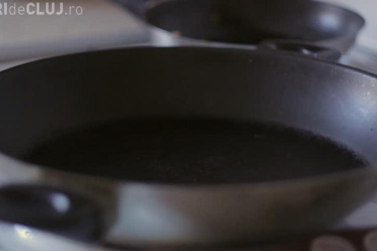 Ce se întâmplă dacă pui cafea în tigaie, peste uleiul încins