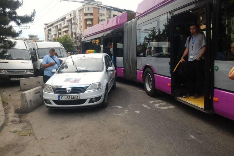 Un taxi parcat în Piața Mărăști blochează 10 mijloace de transport - FOTO