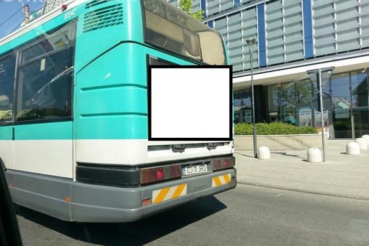 Reclamă controversată pe mijloacele de transport în comun din Cluj. Ar trebui puse asemenea afișe pe autobuze? FOTO