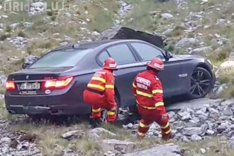 Un BMW a căzut într-o râpă pe Transfăgărăşan. Șoferul își făcea poze și nu a tras frâna de mână