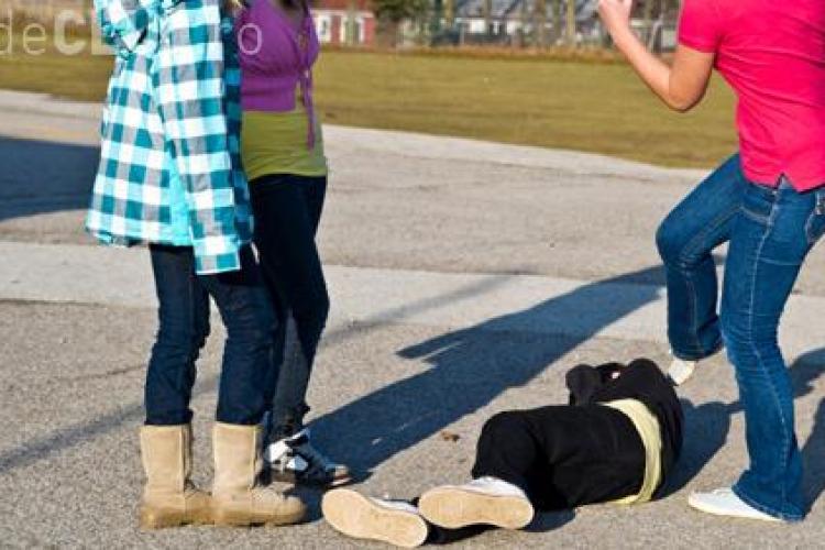 CLUJ: Adolescentă de 14 ani, terorizată de un grup de fete. Au bătut-o și i-au cerut taxă de protecție