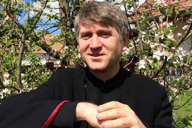 A fost exclus din preoție, dar i-a crescut popularitatea ca și artist. Cristian Pomohaci a fost primit cu aplauze și flori la un festival