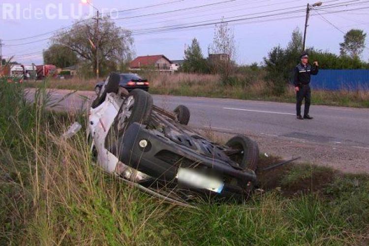 CLUJ: Un taximetru s-a răsturnat în șanț, la Dej. Transporta o pasageră VIDEO