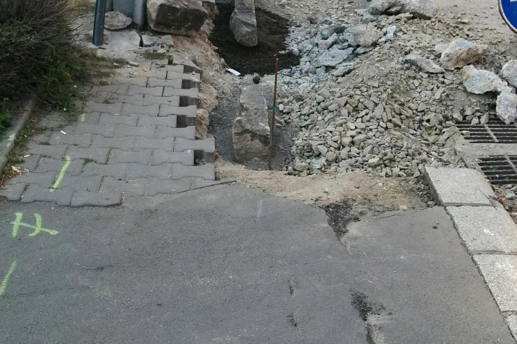 Un trotuar din Piața Avram Iancu aproape a dispărut - FOTO