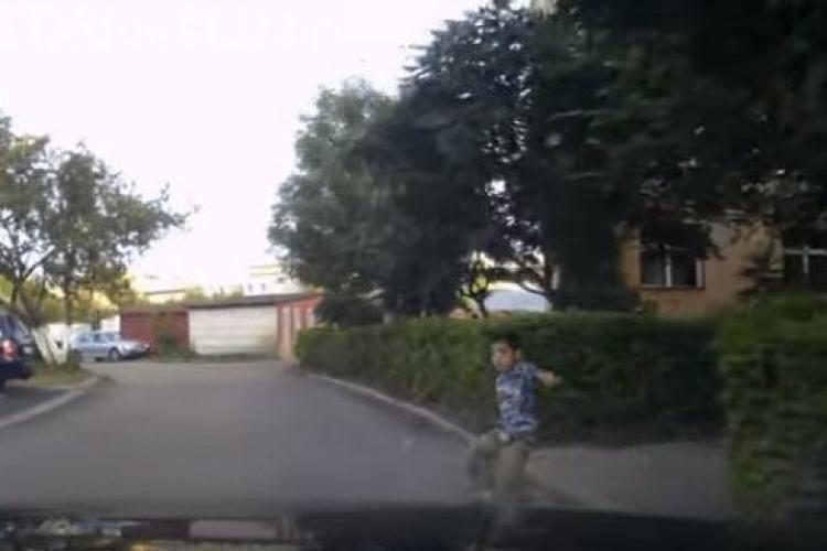 """Turda: Copil lovit de mașină. Șoferul aproape linșat de """"locatari"""". Filmarea accidentului l-a ajutat să scape - VIDEO"""