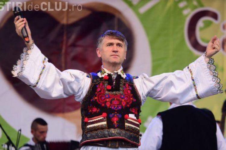"""Preotul Pomohaci a cântat la zilele unei comune din Bihor: """"Pentru că prea iubesc sunt judecat, să ştiţi"""""""