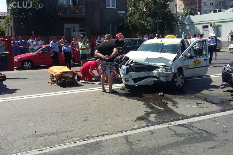 Accident pe Aurel Vlaicu, lângă OMW: Patru victime sunt din taximetru - FOTO