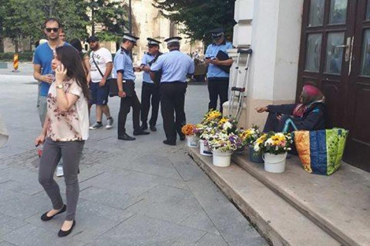 """Cluj-Napoca: """"Haită"""" de polițiști locali pentru o bătrână care vindea flori - FOTO"""