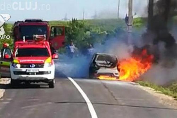 CLUJ: Un șofer s-a trezit cu mașina în flăcări în timp ce se întorcea de la Mănăstirea Nicula VIDEO