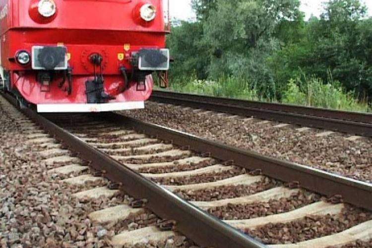 Mecanicul care conducea trenul ce a lovit o femeie și 3 copii: Femeia și-a luat copiii în braţe şi s-au aruncat în faţa trenului