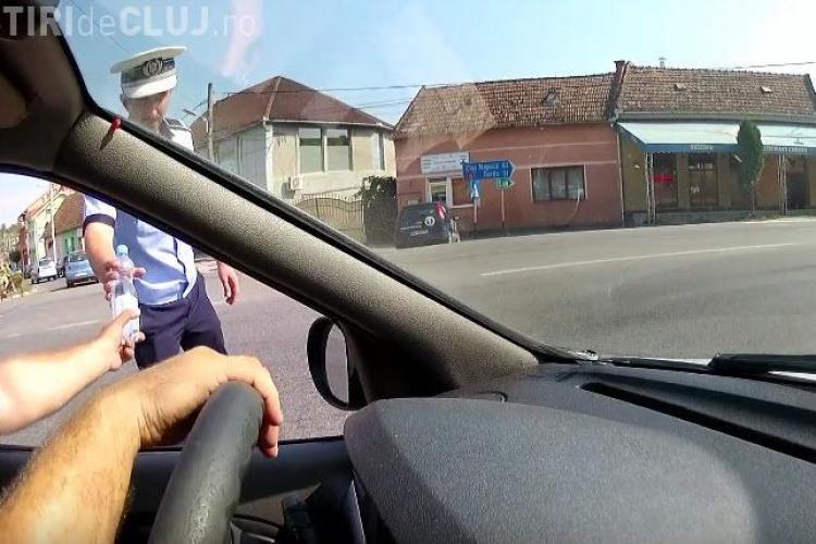 Dacă nu la Cluj unde?! I-a dat o sticlă de apă polițistului toropit de caniculă - VIDEO