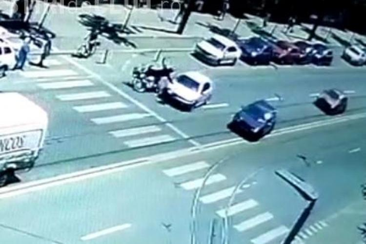 """Accident pe strada Horea! Un motociclist a fost lovit de un șofer """"grăbit"""". Totul a fost filmat - VIDEO"""