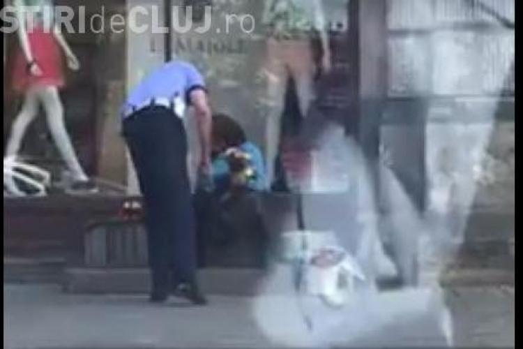 Polițist din Cluj surprins când îi dădea unei bătrâne o sticlă cu apă. Afară era CANICULĂ - VIDEO