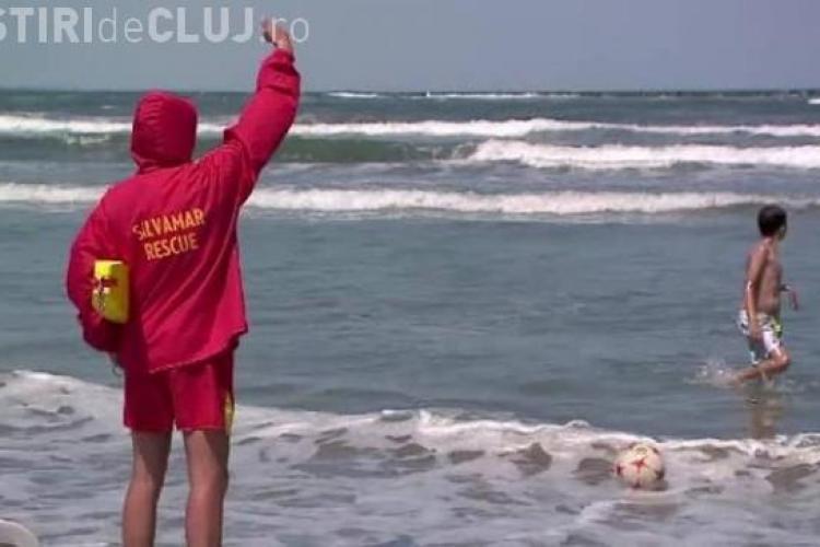 Ministrul Turismului despre turiştii care intră în mare când e steag roşu: Trebuie amendaţi