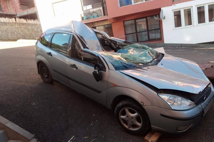 Așa arată mașina distrusă de acoperiș, în Florești. Ce va face proprietarul