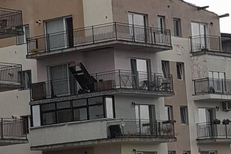 Două blocuri din Baciu au rămas fără acoperiș - FOTO