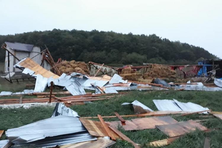 """Cluj: Vijelia a distrus câteva case în Chinteni: """"O casă a fost ruptă din fundație și mutată din loc"""" - FOTO"""