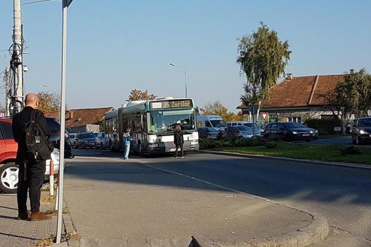Protest în Zorilor! A blocat autobuzul 35 în intersecția de lângă Sigma - FOTO