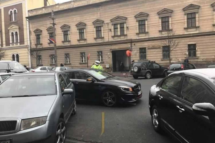 Starleta porno care a amenințat un polițist în fața Tribunalului Cluj, iertată de procurori