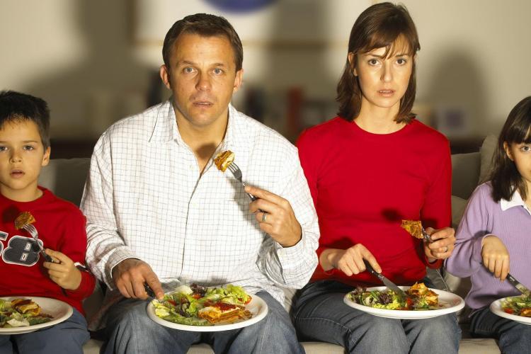 De ce să nu mănânci niciodată în faţa televizorului. Pericolul neştiut!