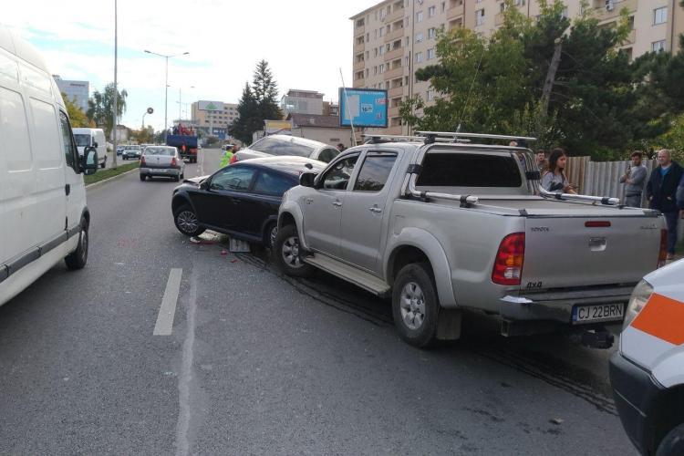 Accident pe Calea Turzii! O platformă cu un autoturism pe ea a pornit singură pe stradă și a lovit alte două mașini FOTO