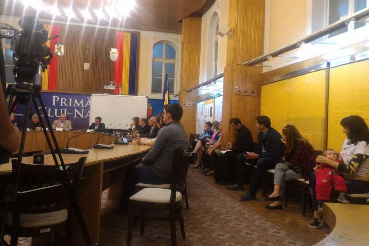 Cluj: Și-a alăptat copilul în timpul dezbaterii privind vaccinarea - FOTO