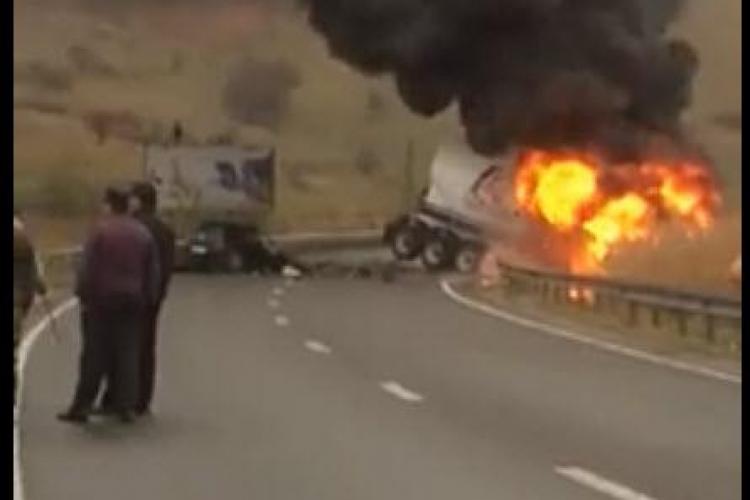 Cluj: Mașină în flăcări și un șofer decedat - VIDEO