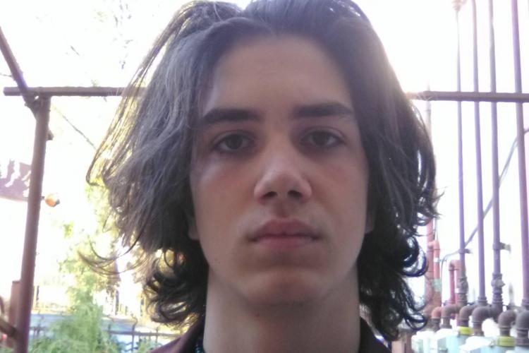 Scandal la Cluj, după ce un elev spune că a fost dat afară de la ore pentru că are părul lung