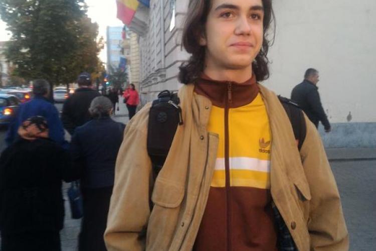 Elevul clujean devenit celebru pe internet după ce a fost dat afară de la ore pentru că are plete: Nu mai suntem pe vremea comunismului