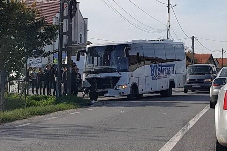 Autocar plin cu elevi de la Cluj, implicat într-un accident rutier. Trei persoane au fost rănite FOTO