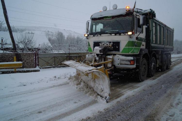 Ninsoarea nu a blocat niciun drum județean din Cluj! S-a intervenit cu utilaje speciale și zeci de tone de material antiderapant