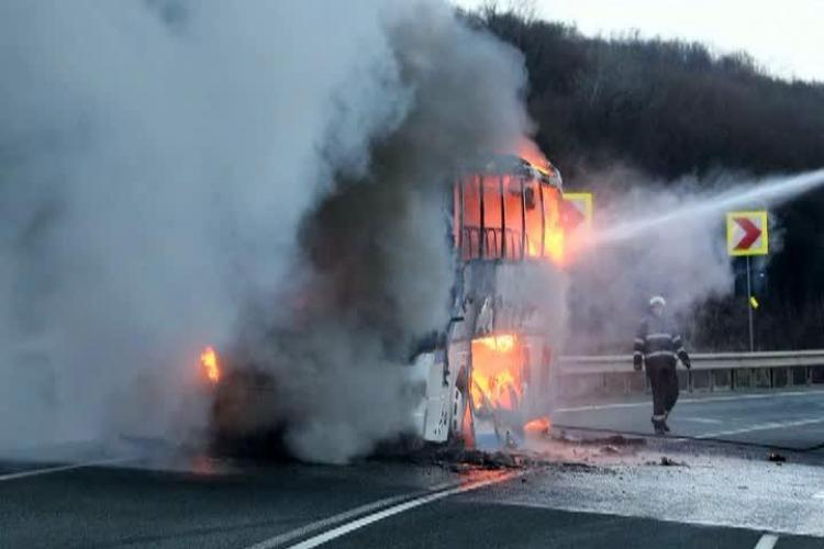 Autocar cu 43 de elevi a luat FOC pe Autostrada Transilvania