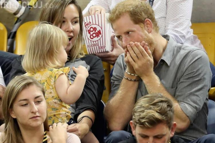 Ce reacție a avut prinţul Harry când și-a dat seama că o fetiță îi fura popcornul - VIDEO