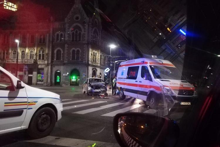 Accident la intersecția Regele Ferdinand / George Barițiu. O ambulanță în misiune a intrat pe roșu - FOTO