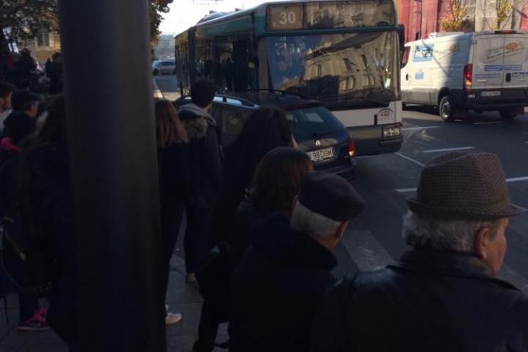 Autoturism lovit de un autobuz pe Memorandumului! Șoferii se plâng că sunt derutați de semafor - FOTO