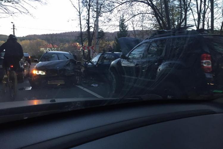 Accident cu trei victime, pe un drum din Cluj. Un șofer neatent a intrat cu mașina pe contrasens