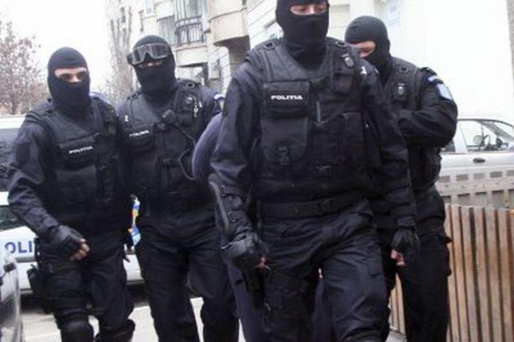 """Trei persoane reținute de polițiști la Cluj, pentru înșelăciuni cu metoda """"accidentul"""". S-au confiscat bijuterii, arme și telefoane VIDEO"""