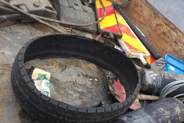 Clujul necivilizat: Un cauciuc a fost forțat în canalizarea din Florești. Compania de Apă abia a reușit să îl scoată FOTO