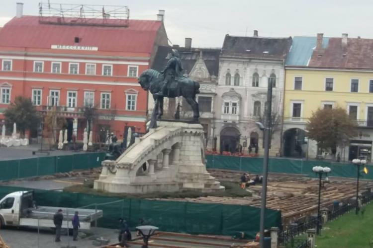Cluj-Napoca: Patinoarul montat în jurul statuii lui Matia Corvin. Maghiarii nu sunt foarte mulțumiți