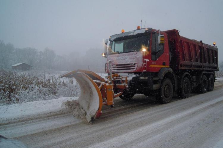 Aproape 300 de tone de material antiderapant împrăștiat pe drumurile județene din Cluj. Vezi unde se acționează pentru deszăpezire