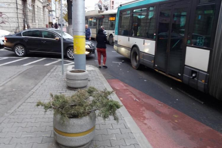 Autoturism lovit de un autobuz, lângă Sora, la intrare pe banda unică de transport în comun - FOTO